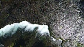 Opinión aérea sobre el río con el barranco y las cascadas almacen de video