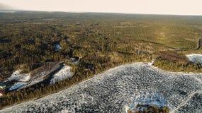 Opinión aérea sobre el río con el hielo de fusión, tiempo soleado de la primavera con nieve fotografía de archivo libre de regalías