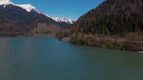 Opinión aérea sobre el río pintoresco y la montaña enorme en día soleado almacen de metraje de vídeo