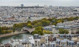 Opinión aérea sobre el río el Sena con los puentes imagen de archivo libre de regalías