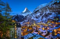 Opinión aérea sobre el valle de Zermatt y pico de Cervino en el amanecer Foto de archivo
