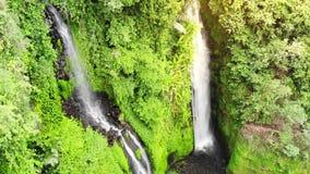 Opinión aérea sobre la cascada asombrosa en la isla tropical en Bali Cámara lenta 1920x1080 almacen de metraje de vídeo