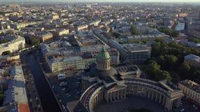 Opinión aérea sobre la catedral de Kazán en el centro de la ciudad de St Petersburg metrajes