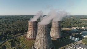 Opinión aérea sobre la central eléctrica de trabajo Torre de enfriamiento de la central nuclear Central eléctrica Coal-burning almacen de video