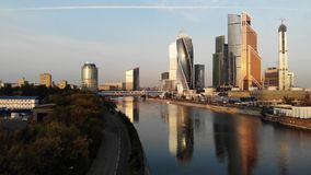 Opinión aérea sobre la ciudad de Moscú del centro de negocio metrajes