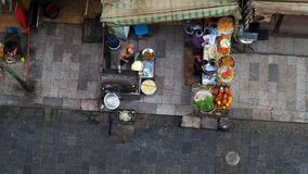 Opinión aérea sobre la cocina al aire libre en Khan El Khalili Bazaar, El Cairo almacen de video