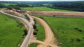 Opinión aérea sobre la construcción de una nueva carretera almacen de metraje de vídeo