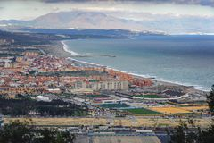 Opinión aérea sobre la costa costa de la ciudad de Linea del La Visión desde la roca de Gibraltar Imagen de archivo