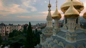 Opinión aérea sobre la iglesia de Alexander Nevsky Orthodox con las bóvedas de oro en Yalta tiro crimea ucrania Ucrania, Yalta, almacen de video