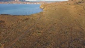Opinión aérea sobre la playa de Sudak en tiro de la costa de Crimea, el Mar Negro La costa crimea desde arriba Crimeo hermoso almacen de video