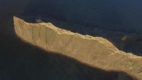Opinión aérea sobre la playa de Sudak en tiro de la costa de Crimea, el Mar Negro La costa crimea desde arriba Crimeo hermoso metrajes