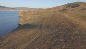 Opinión aérea sobre la playa de Sudak en tiro de la costa de Crimea, el Mar Negro La costa crimea desde arriba Crimeo hermoso almacen de metraje de vídeo