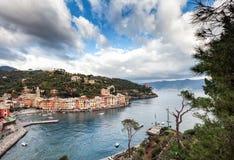 Opinión aérea sobre laguna cerca de la ciudad de Portofino en Liguria, Italia Imagenes de archivo