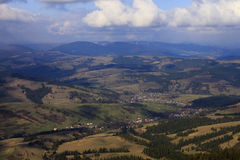 Opinión aérea sobre las montañas cárpatas Imagen de archivo libre de regalías