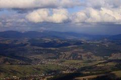 Opinión aérea sobre las montañas cárpatas Imagenes de archivo