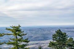 Opinión aérea sobre las montañas, los bosques y los pueblos en Serbia Foto de archivo libre de regalías