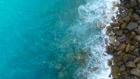 Opinión aérea sobre las ondas y las rocas, el mar Mediterráneo del mar