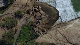 Opinión aérea sobre las ondas y las rocas del mar Fondo hermoso de la naturaleza Colina de Arpoador metrajes
