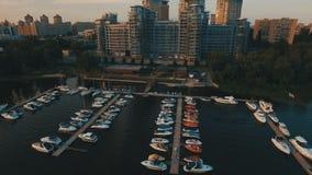 Opinión aérea sobre los apartamentos de lujo con el embarcadero y los barcos 4K almacen de video