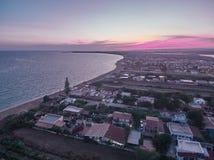 Opinión aérea sobre lugar de la playa de la playa de Granelli en la puesta del sol fotos de archivo