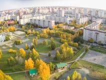 Opinión aérea sobre parque con poca iglesia Tyumen Foto de archivo