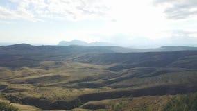 Opinión aérea sobre pico de montañas, la trayectoria natural, la montaña con los árboles y las plantas, vegetación, cielo con el  metrajes