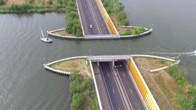 Opinión aérea sobre un acueducto navegable almacen de metraje de vídeo