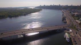 Opinión aérea sobre un atasco en el terraplén del río grande almacen de video