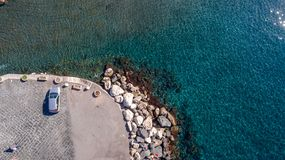 Opinión aérea sobre un embarcadero que parquea a lo largo de la orilla de mar meta de Sorrento, pesca imagenes de archivo
