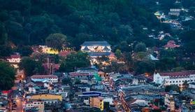 Opinión aérea sobre una parte central de la ciudad de Kandy fotografía de archivo libre de regalías