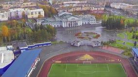 Opinión aérea sobre universidad Opinión de la universidad del cielo y del campo de fútbol Opinión aérea sobre la universidad de C almacen de metraje de vídeo