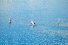 Opinión aérea sobre windsurfers en el agua azul fotografía de archivo libre de regalías