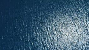Opinión aérea superficial del agua almacen de metraje de vídeo