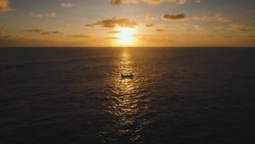 Opinión aérea superficial del agua en la puesta del sol bali almacen de video