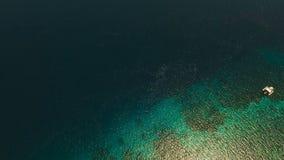 Opinión aérea superficial del agua Isla Filipinas de Siargao almacen de video