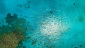 Opinión aérea superficial del agua Isla Filipinas de Siargao almacen de metraje de vídeo