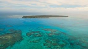 Opinión aérea superficial del agua Isla Filipinas de Siargao metrajes