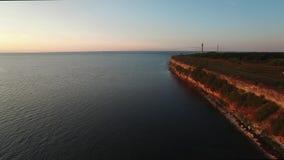 Opinión aérea superior del abejón del alto acantilado en la península de Pakri en el mar Báltico en Estonia almacen de video