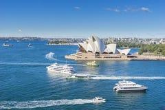 Opinión aérea Sydney Opera House con los transbordadores y las travesías Imágenes de archivo libres de regalías