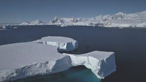 Opinión aérea tabular el Océano antártico del flotador del iceberg almacen de video