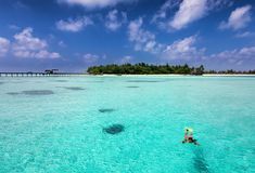 Opinión aérea una mujer que bucea en las islas tropicales de Maldivas Fotos de archivo