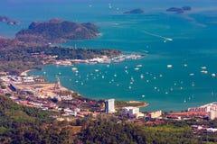 Opinión aérea y horizonte del puerto con los barcos Foto de archivo