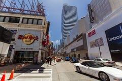 Opinión abajo la calle joven de Toronto de la ciudad con los diversos edificios modernos y la gente que camina en fondo Fotos de archivo libres de regalías