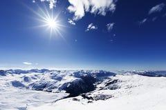 Opinión abajo sobre estación de esquí alpina típica Foto de archivo