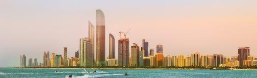Opinión Abu Dhabi Skyline en la puesta del sol, UAE Fotos de archivo