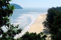 Opinión agradable de la playa del top de la montaña Imagenes de archivo