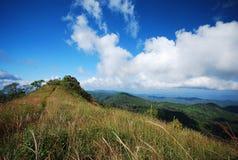 Luz del sol del cielo azul de la montaña Fotos de archivo libres de regalías