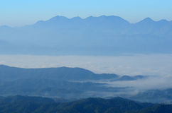 Luz del sol del cielo azul de la montaña Fotos de archivo