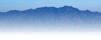 Luz del sol del cielo azul de la montaña Imagen de archivo libre de regalías