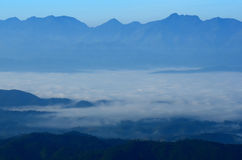Luz del sol del cielo azul de la montaña Foto de archivo